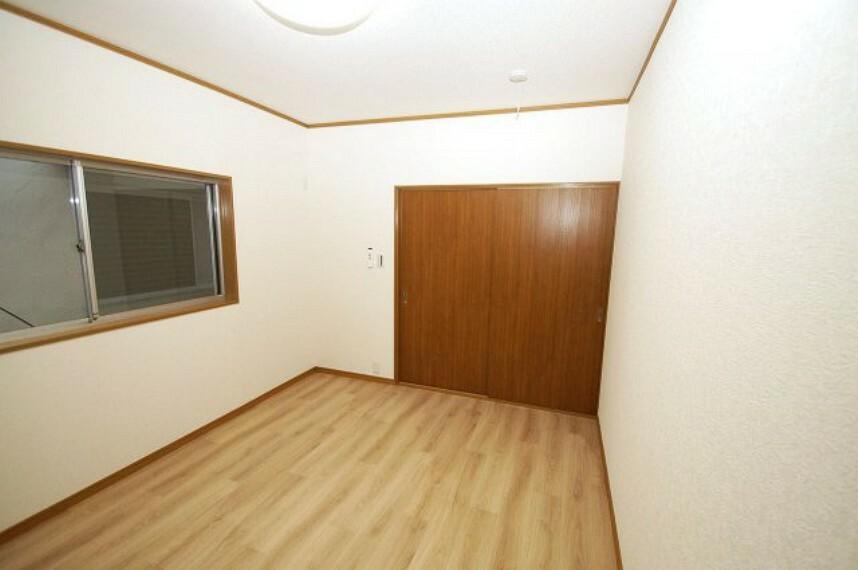 洋室 洋室6帖。こちらのお部屋も、クロスや床のクッションフロアは張替え済みです。