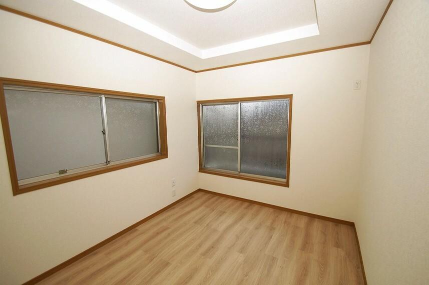 洋室 洋室6帖。バルコニーに面しています。こちらのお部屋は窓が2カ所あり、風の通りがいいお部屋です。