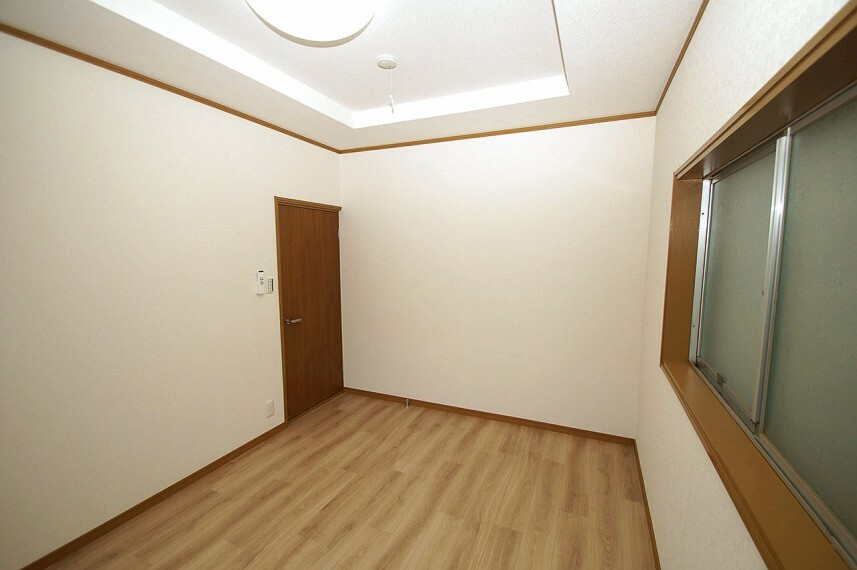 洋室 洋室6帖。こちらの洋室も、クロスを床のクッションフロアを張替えています。