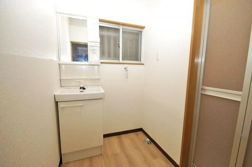 洗面化粧台 洗面化粧台や洗濯カランなどを新調。クロスや床も張替えて、洗面所もきれいになりました。