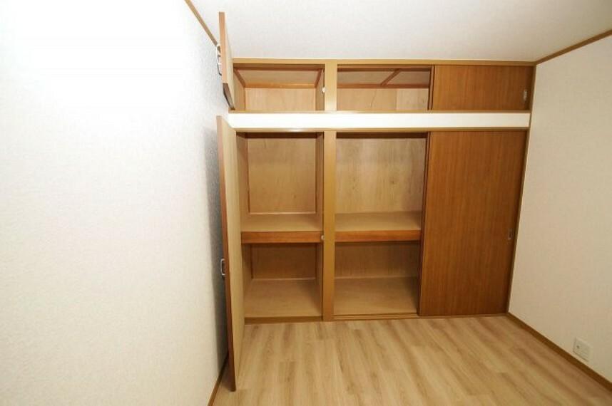洋室 壁面いっぱいに設置された、大容量の収納スペースを上手に活用して、空間を広くお使いください。