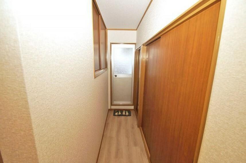 2階の廊下からもバルコニーへ出入りができます。家族に気兼ねなく、洗濯物を干すことができますよ。