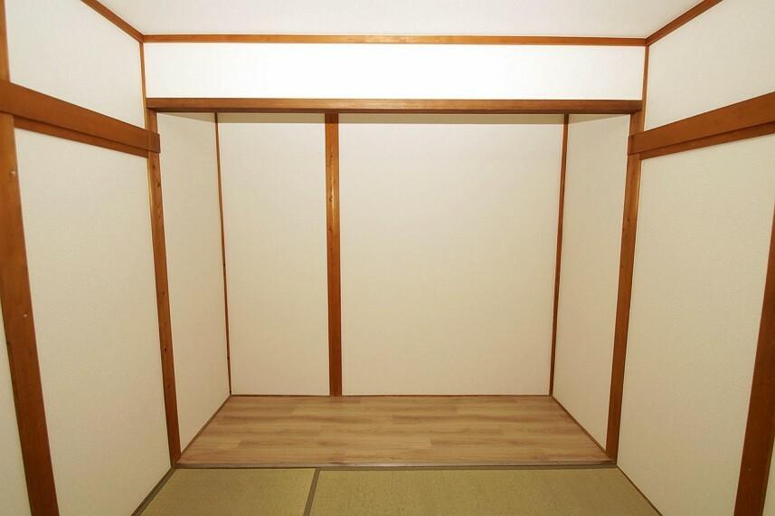 和室 1階の和室にある板の間は、床の間としてお使いになる他、収納スペースとしても有効活用できて便利です。