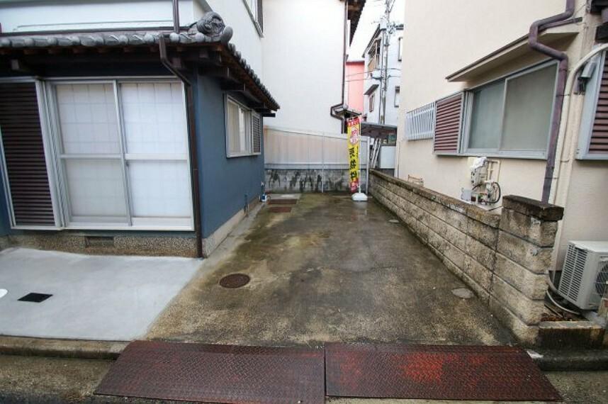 駐車場 普通車1台駐車OK。雨の日でも足元が汚れにくい、コンクリート施工されたカースペースです。