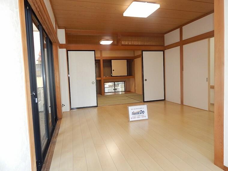 居間・リビング 和室と併設しているリビングで広々。