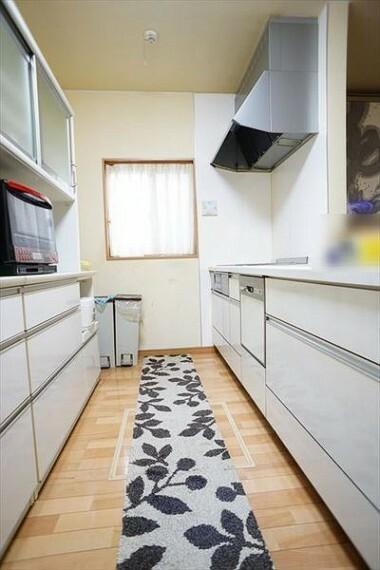 キッチン 使い勝手の良いキッチンはカップボード付き!(2019年3月撮影)