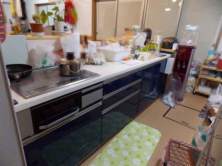 キッチン 人気の対面キッチンです。床下収納あり。