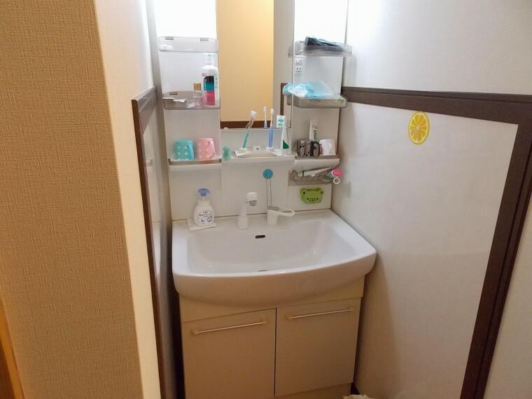 洗面化粧台 1・2階それぞれに洗面所があります。