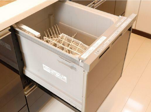 キッチン 「食器洗い乾燥機」 立ったままの姿勢で上からセット。手荒れの悩みも解消。ビルトインなのでキッチンをスッキリ使えます。
