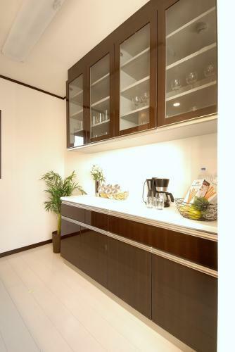 キッチン 「大型カップボード」 ワイド1800mmの大型カップボードが標準装備。