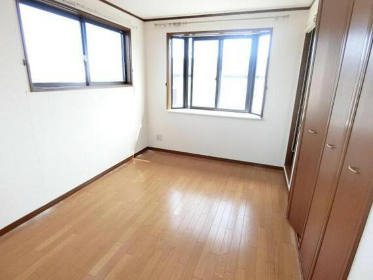 2階洋室です。出窓が奥行きを広げます。