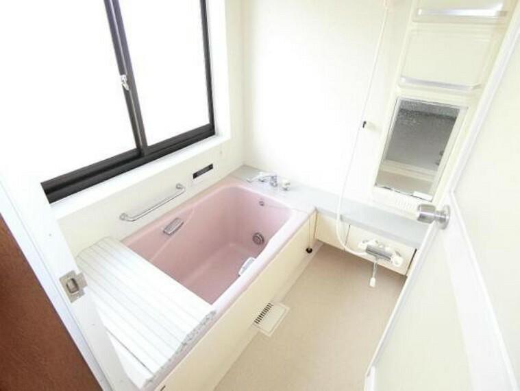 浴室 浴槽は手すりをお使い頂けます。
