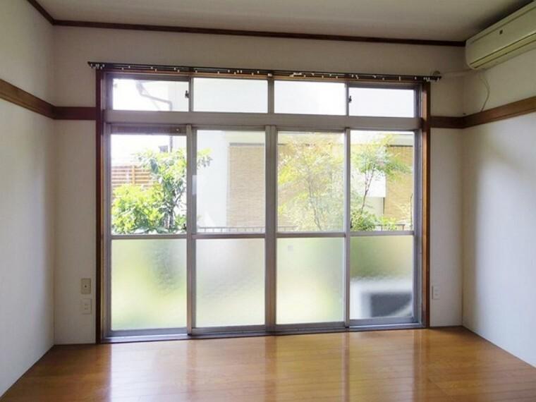 洋室 キッチン隣の洋室はリビングとしても利用可