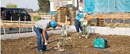 構造・工法・仕様 地盤調査は、法令に準じた3項目8要素で徹底的に検証。土地状況に応じた基礎仕様や、地盤改良工事などを実施。 不同沈下しない地盤の品質をお約束。基礎着工日に始まり、引き渡し日から10年間保証します。