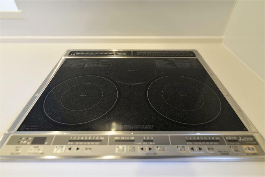 キッチン 同仕様例。直火を使わないから安心のIHクッキングヒーター。
