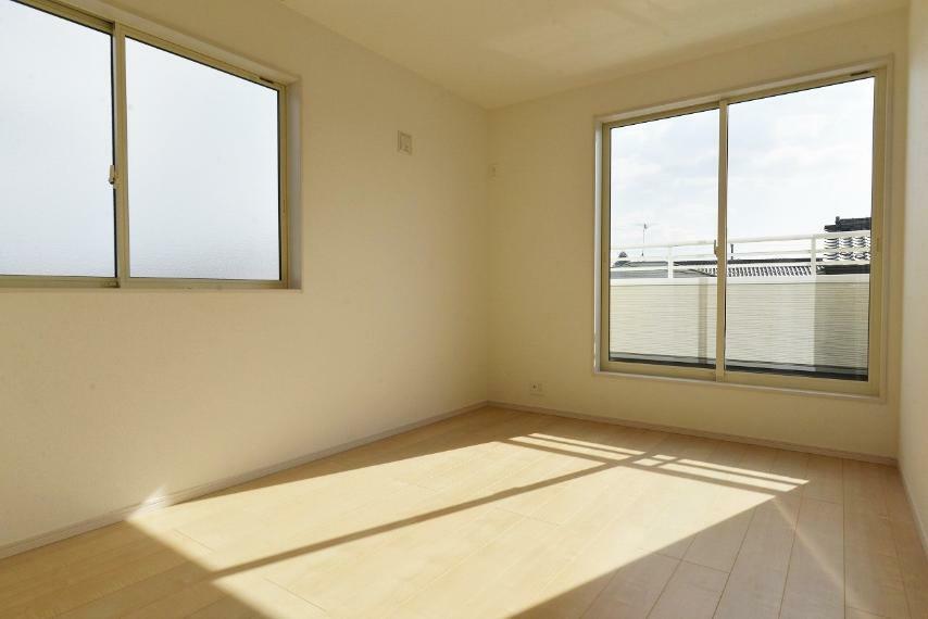 洋室 同仕様例。居室部分の窓ガラスには、2枚のガラスの間に空気層を設けたペアガラスを採用。高い断熱性と共にガラス面の結露対策にも効果を発揮します。
