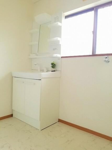 洗面化粧台 洗面・三面鏡・シャワーノズル付き洗面化粧台!気持ちの良い一日をスタートできそう