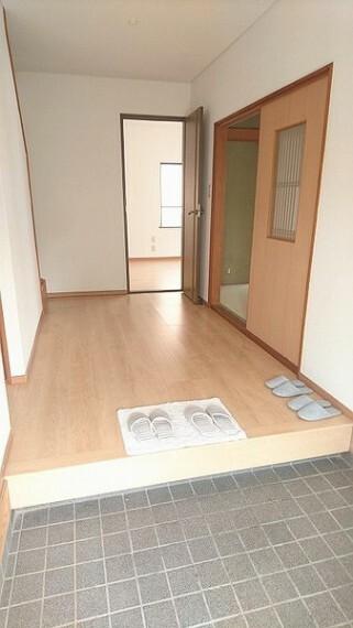 玄関 内装・広々とした玄関スペース