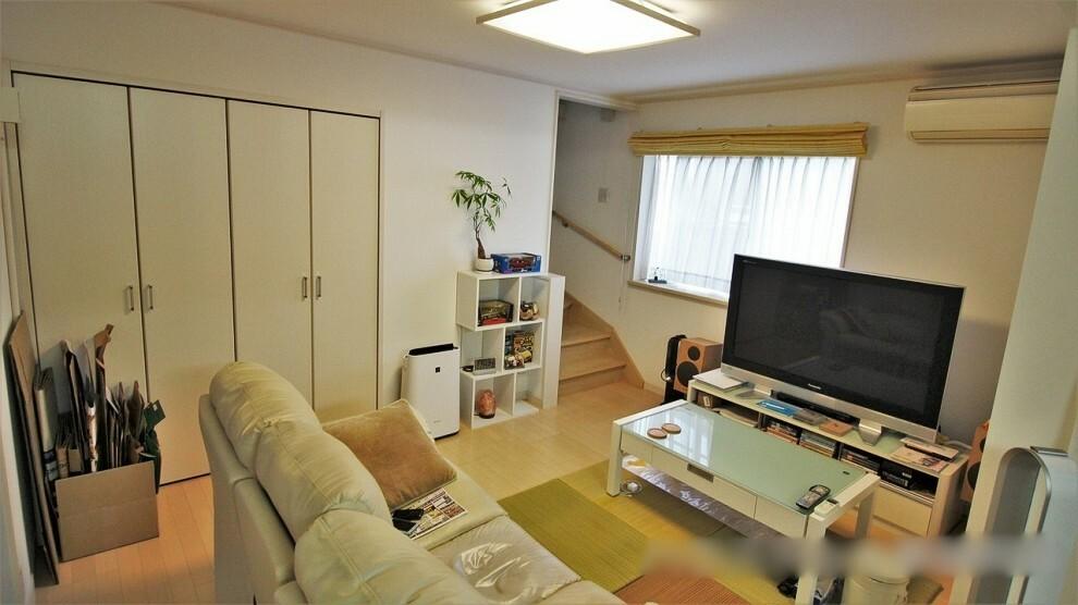 居間・リビング 16.3帖のLDK。リビング収納には頻繁に使用する掃除用具などが収納できます。家族みんなの共有収納としてもお使いいただけますよ。