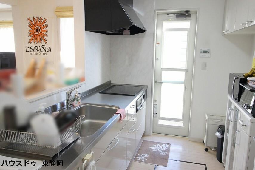 キッチン カウンタータイプのシステムキッチンです。リビングの様子を伺いながら調理ができます。勝手口のあるキッチンのため、ゴミ捨て等に便利です。