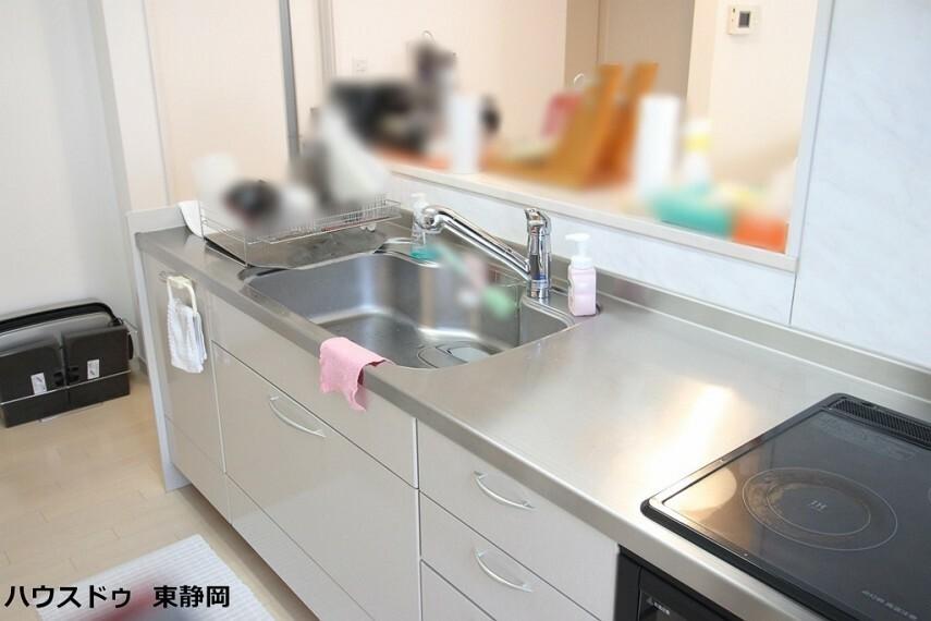 キッチン IHクッキングヒーター使用!シンクや作業スペースが広く、お子様も楽しく安全に料理のお手伝いができますね。