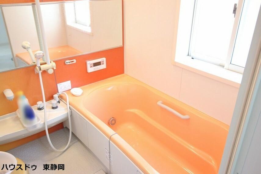 浴室 浴室乾燥機能有り!浴槽内でも使用できる鏡が設置してあります。オートバス機能付きのため、ボタン一つで入浴可能!