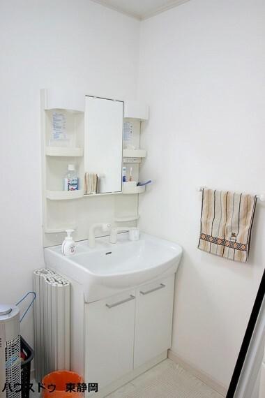 洗面化粧台 シャワーヘッド付き洗面台。家族の小物の集まりやすい洗面台も、サイドの収納棚を使えばスッキリまとめられます。
