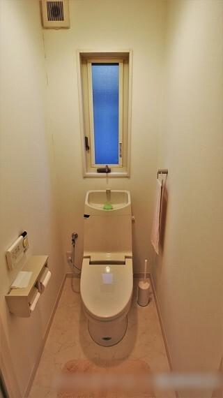 トイレ トイレは一階と二階で二か所あります。どちらも年代を問わず使いやすい洗浄機能付き便座を使用しています。