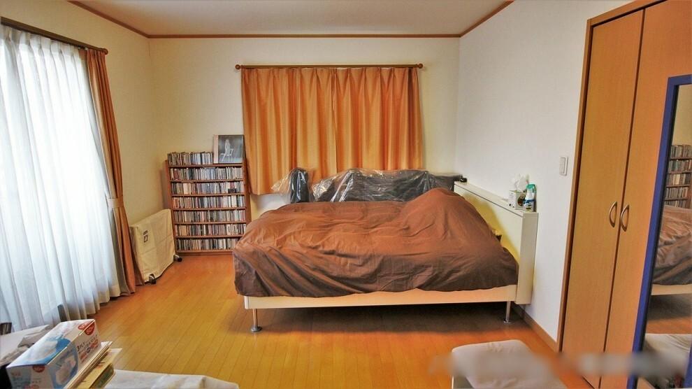 洋室 8.4帖の居室。バルコニーへ出ることができます。南西二面採光のため、明るく風通しの良いお部屋で過ごすことができますい。3.6帖のWICつき!
