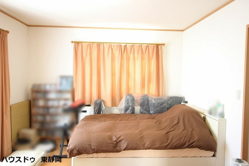 洋室 8.4帖居室。ウォークインクローゼット付きのお部屋のため、居住スペースを存分に使用することができます。大きな家電等がスッキリ収納できます。