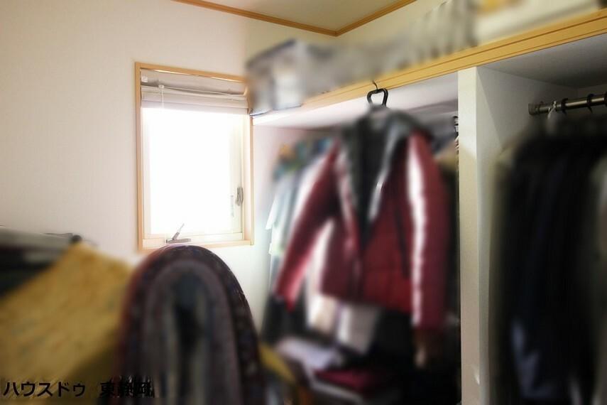 ウォークインクローゼット 8.4帖居室のウォークインクローゼット。窓があり明るい収納になっています。備え付けで衣装用ポールがあるため、簡単に服をしまうことができて便利ですね。