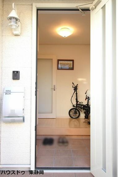 玄関 モニター付きインターホン有り!玄関ライトが可愛らしく、入口から印象はバッチリ!