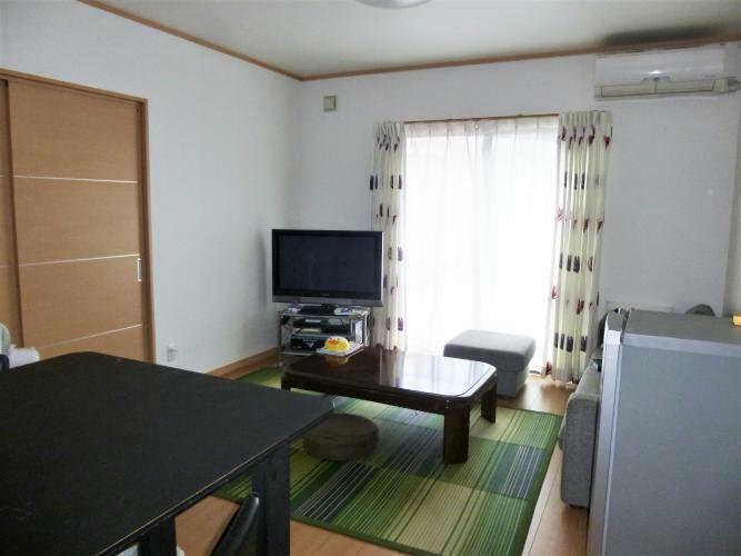 居間・リビング リビングの隣には和室もありますよ。