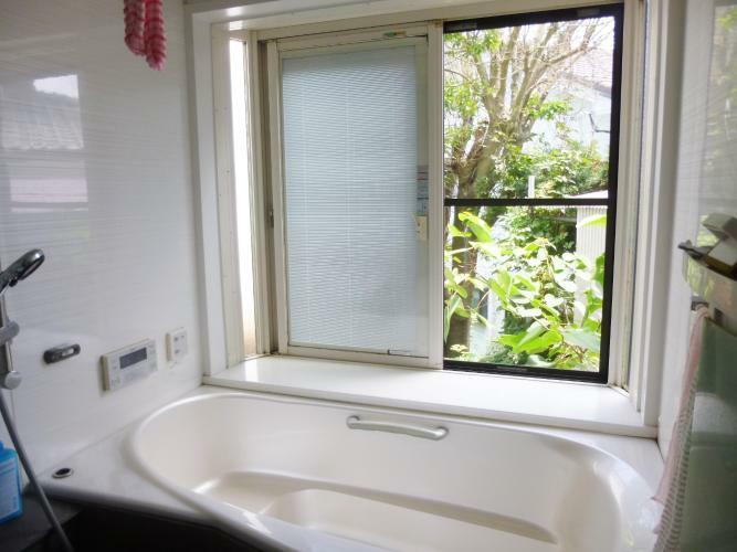 浴室 大きな窓が開放的な浴室を演出。外の緑を見ながら入浴できますね。