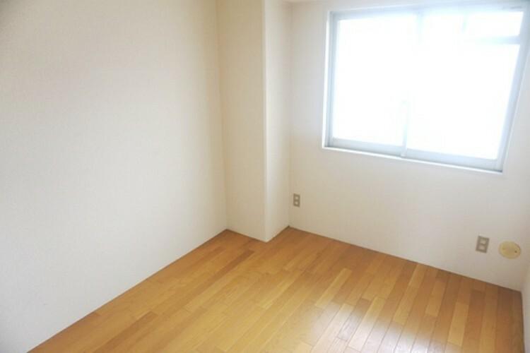 玄関側の洋室です。