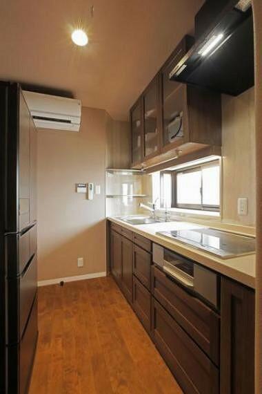 キッチン 東側の腰高窓から明るい光が降り注ぐキッチンです。また、キッチン熱源はIHクッキングヒーターですので、小さなお子様がおられても安心ですよ。