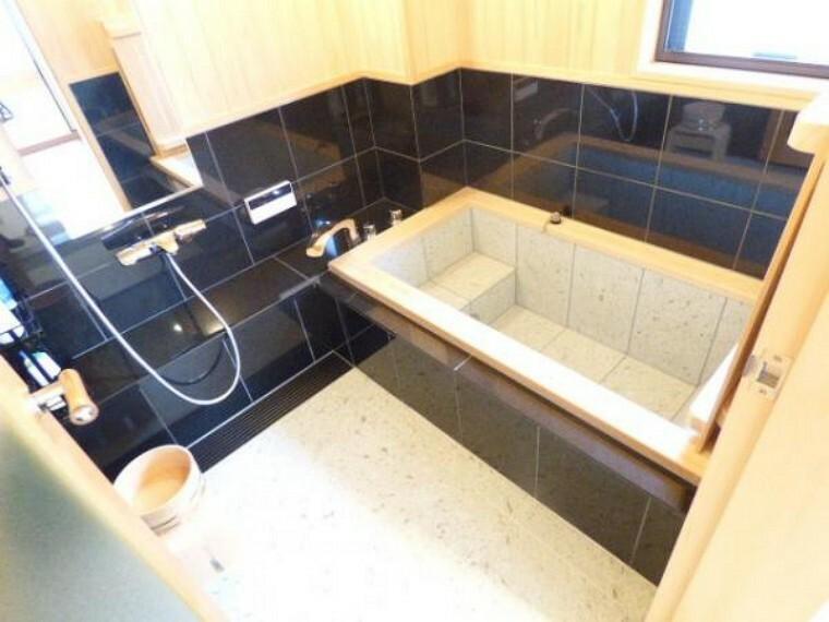 浴室 1階浴室はゆったりサイズ。また落ち着いた色合いとなっています。