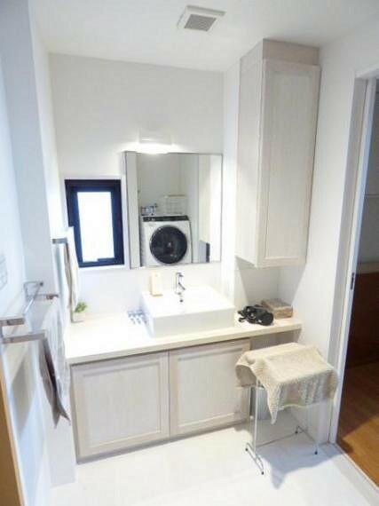 洗面化粧台 清潔感のある、ホワイト色で統一された洗面室です。