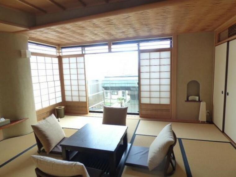 2階和室にも南側の大きな窓から明るい光が降り注ぎます。
