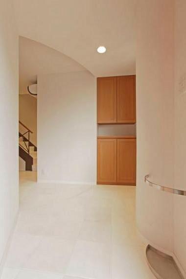 玄関 すっきりとした色合いの玄関ホール。