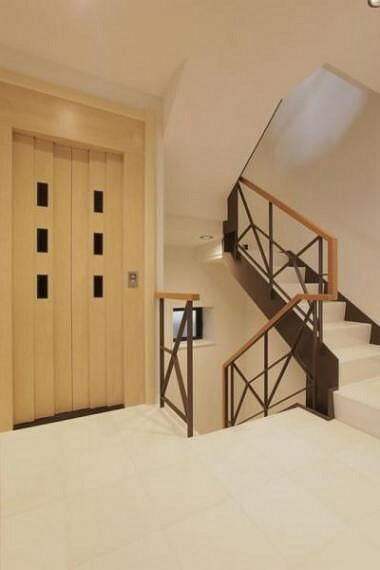 地階から3階までホームエレベーターにて移動できますよ。