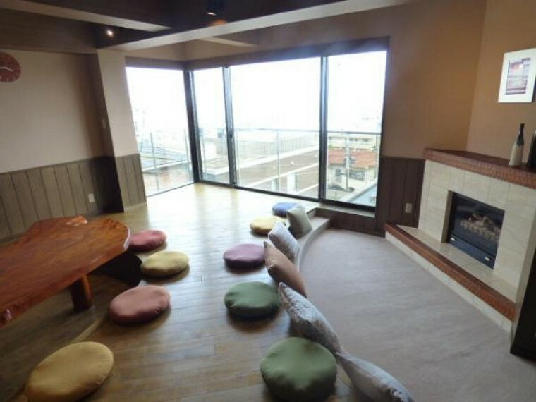 居間・リビング 3階リビング前はガラス張りになっていますので明るい光が降り注ぎます。