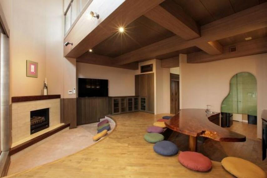 居間・リビング 2階リビング上吹き抜け、暖炉方面の内観です。開放感のあるスペースとなっています。