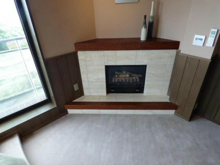 居間・リビング 3階リビングには趣のある暖炉もございますよ。