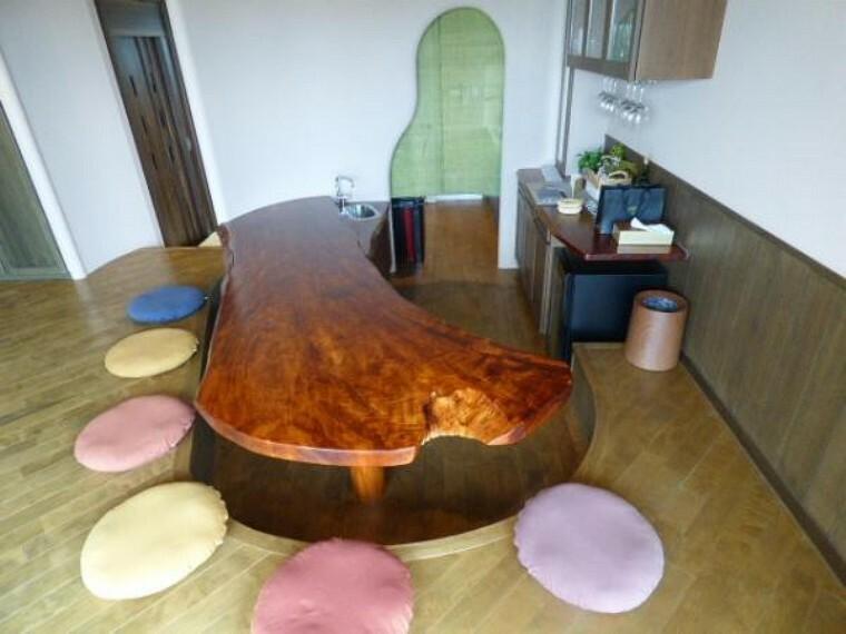 ダイニング ダイニングテーブルは1枚物の大型テーブルです。