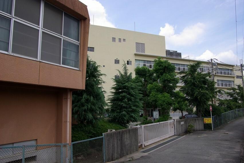 中学校 【中学校】宝塚市立南ひばりガ丘中学校まで953m