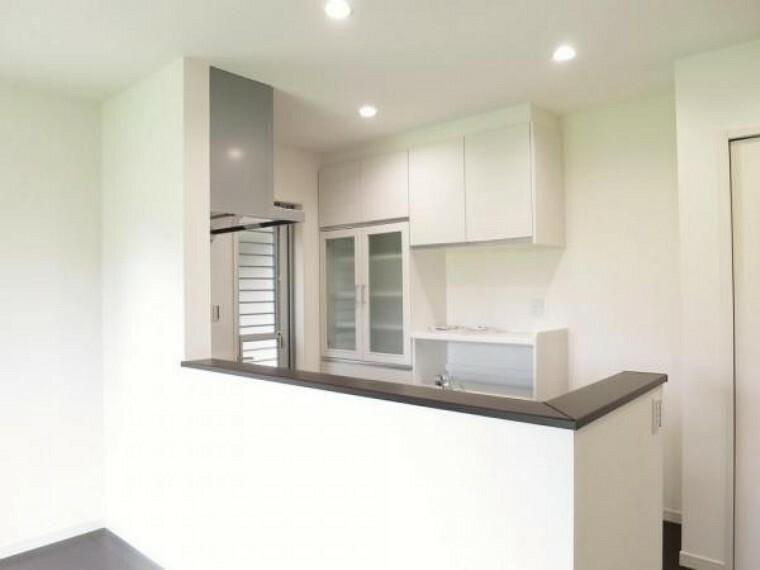 キッチン 対面式キッチンには食洗機・カップボード完備!!