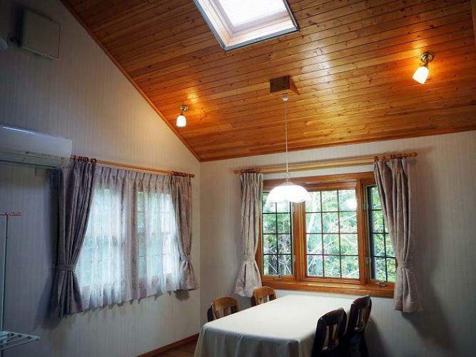 ダイニング 天窓からも光差込むダイニングスペース
