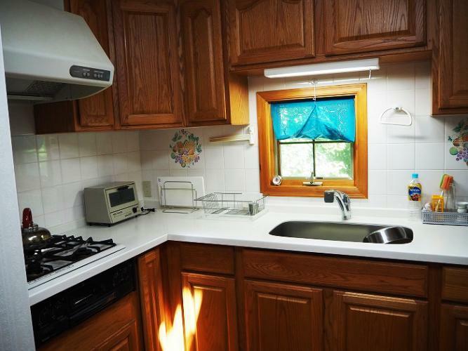キッチン 吊り戸棚のあるL型システムキッチン