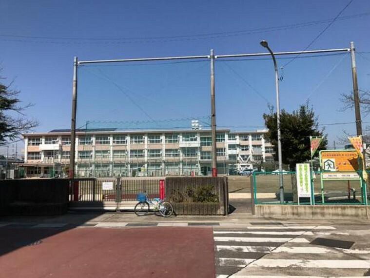小学校 明郷小学校まで徒歩約17分。(約1300m)